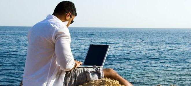 photo laptop bord de l'eau